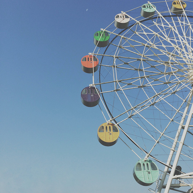carnival-entertainment-carousel-ferris-wheel-roll-along 图片素材