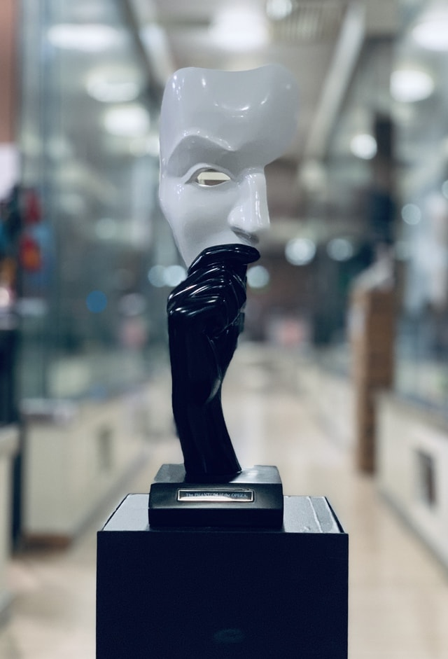 opera-phantom-of-the-theater-hand-figurine-sculpture picture material
