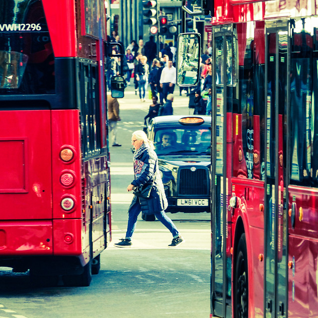 street-city-bus-traffic-people 图片素材