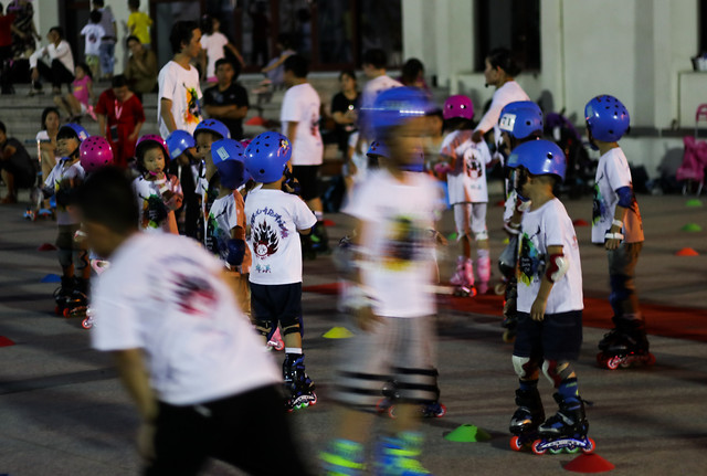 people-crowd-child-street-race picture material
