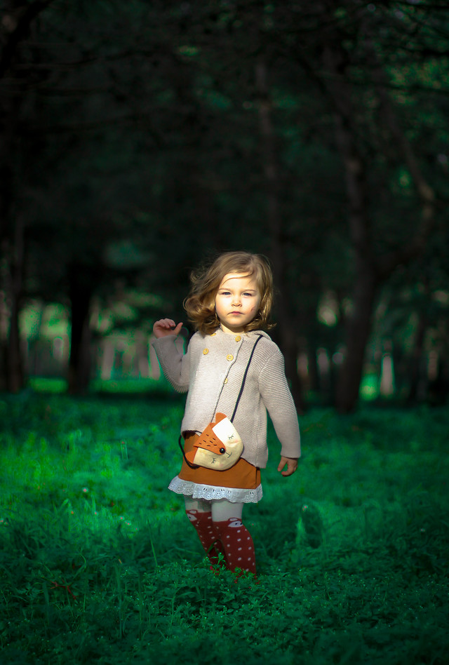 girl-child-green-park-nature 图片素材