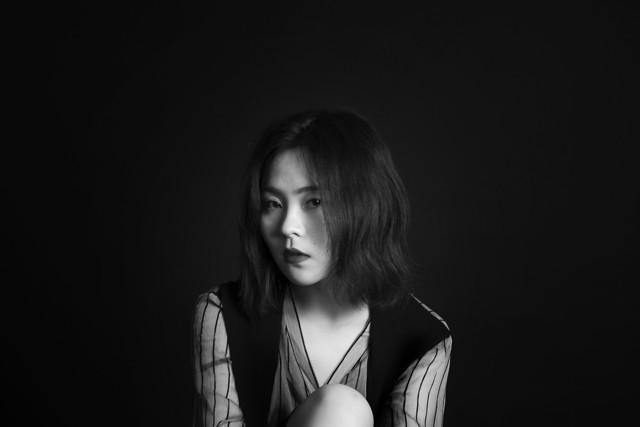 portrait-girl-woman-monochrome-dark picture material
