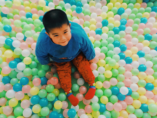child-fun-ball-pit-cute-color 图片素材