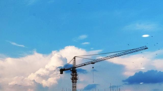 put-up-white-clouds-blue-sky-tower-crane-sky 图片素材